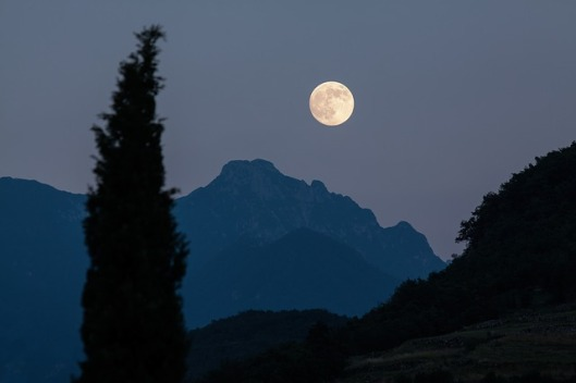 moon-with-mountains-182145_640