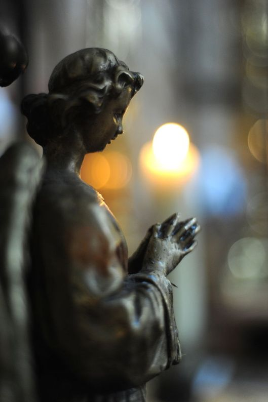 Praying_statue, Guillaume Paumier, CC-BY