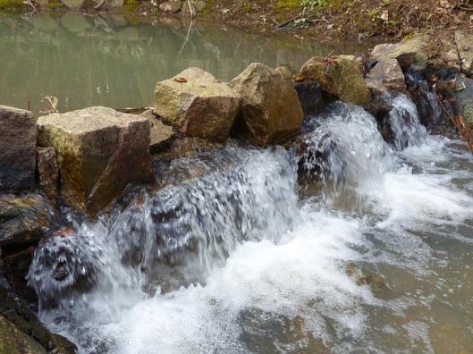 waterfall-100072_640