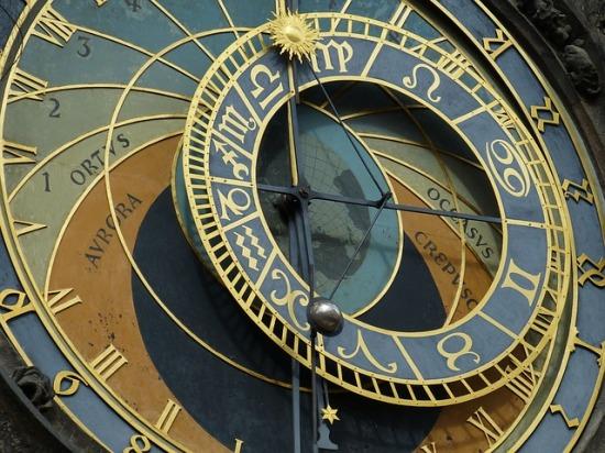 astronomical-clock-226897_640