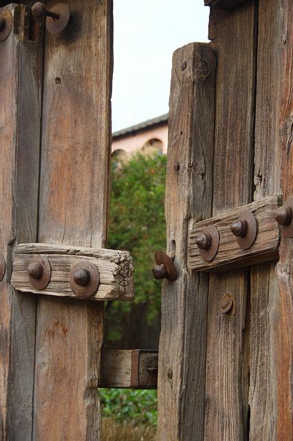 old-door-193147_640