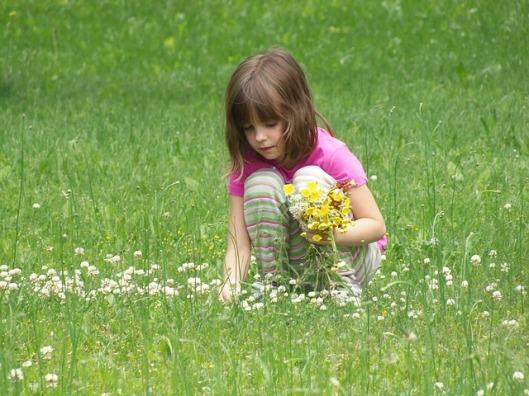 picking-flowers-391610_640